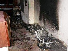 Někdo zapálil na chodbě domu dětské kočárky