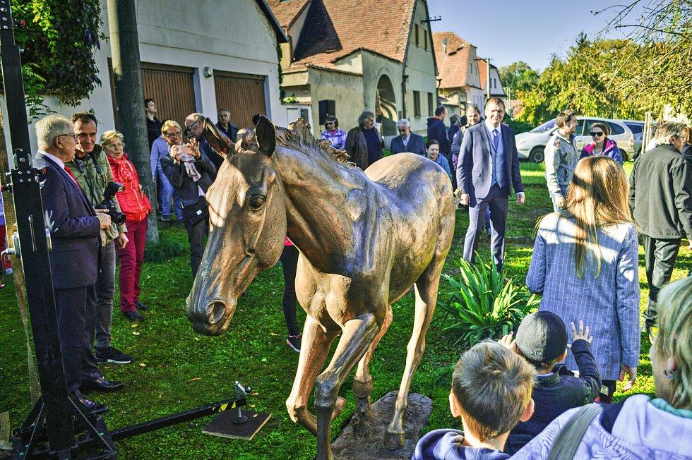 Bronzová socha Peruána, který třikrát po sobě vyhrál Velkou pardubickou, vznikla v umělecké slévárně v Horní Kalné.