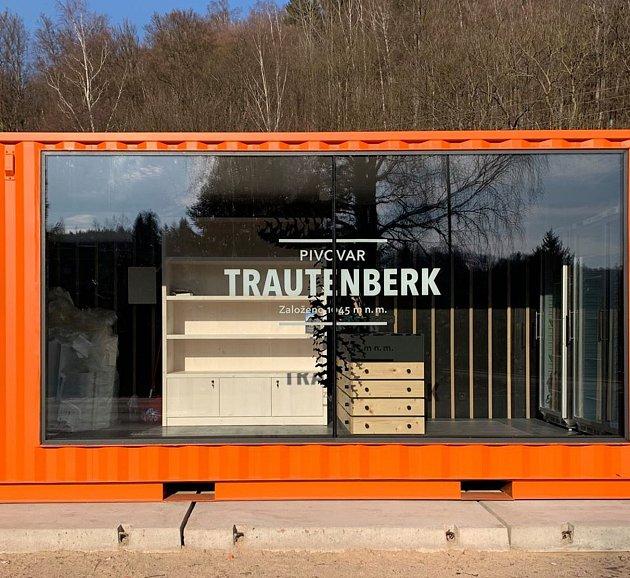 Pivovar Trautenberk zMalé Úpy umístil provizorní mobilní prodejnu do Svobody nad Úpou, kde si lidé můžou pivo koupit.