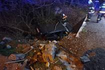 Auto projelo plotem a skončilo v potoce, hasiči jednoho člověka z vozu vyprostili.