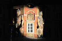 K Porciunkuli v Hostinném neodmyslitelně patří půlnoční rozhovor radničních obrů.