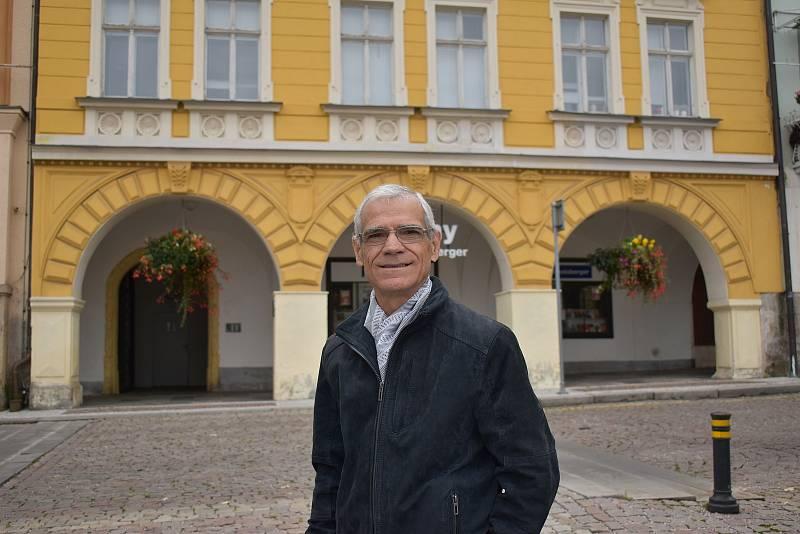 Ital Salvatore Mignone před bývalým hotelem Varšava v Trutnově, kde poznal svoji manželku. V letech 1980 a 1981 pracoval jako elektrikář na výstavbě dětské léčebny Vesna v Janských Lázních.