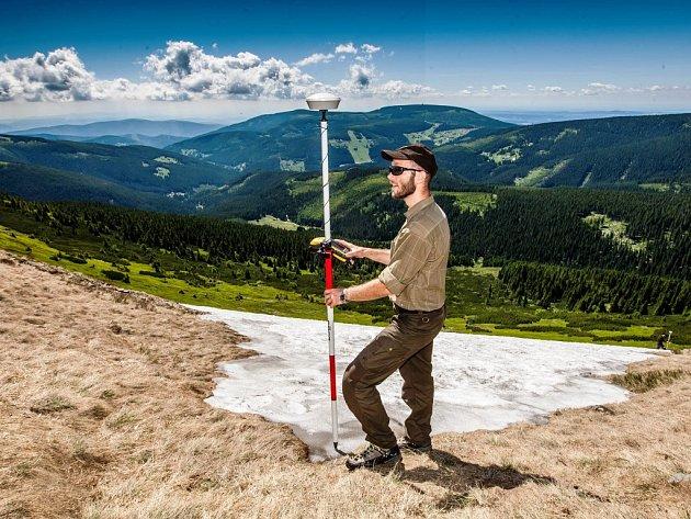 Měření sněhu na takzvané Mapě republiky v Krkonoších