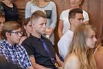 DEVÁŤÁCI ZŠ kpt. Jaroše v Trutnově převzali svá poslední vysvědčení slavnostně v obřadní síní Staré radnice.
