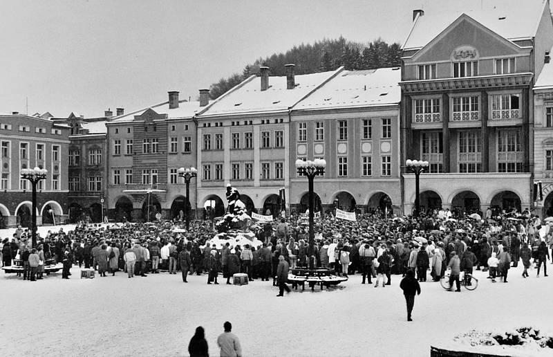 Trutnovský fotograf Ctibor Košťál zachytil období z  prvního půlroku po 17. listopadu 1989.