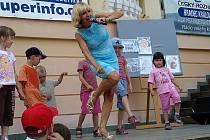 Michaela Dolinová zpívala a tančila s dětmi v královédvorské zoo