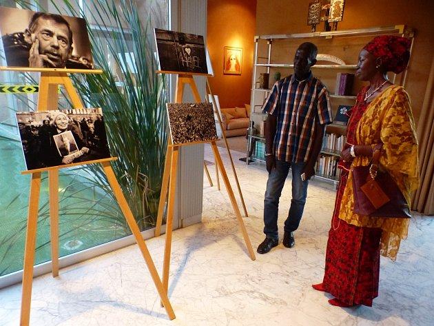 Trutnovský poslanec Robin Böhnisch zahájil v Dakaru výstavu snímků o Václavu Havlovi