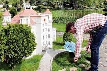 O PRÁZDNINÁCH provázejí české návštěvníky žáci Střední školy v Lomnici nad Popelkou. Na snímku Antonín Kaplan, který v době, kdy nemá hosty, pečuje o trávník.
