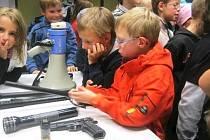 VÝSTROJ I VÝZBROJ semilských strážníků poznávají na služebně Městské policie žáci základních škol. Zároveň se účastní v rámci výuky dopravní výchovy různých přednášek.