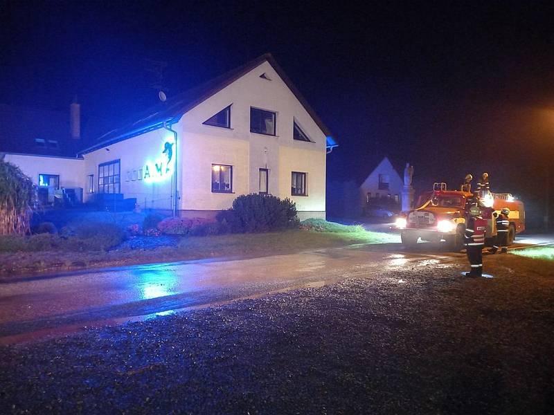 Hasiči ještě večer zprovoznili silnici mezi Borovnicí a Borovničkou.