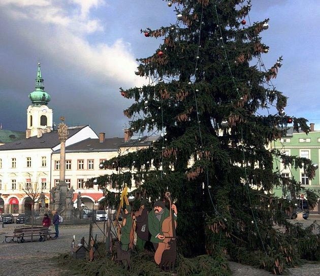 U vánočního stromu na Krakonošově náměstí bude během trhů i kulturní program.