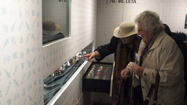 Nová expozice muzea ve Dvoře Králové je otevřena. Je věnována historii výroby skleněných vánočních ozdob
