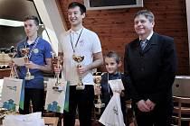 Medailisté s H18 s ředitelem turnaje, zleva: Jakub Stinka, Martin Buločkin, Václav Finěk