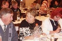 KONFERENCE SE HOJNĚ zúčastnili také starostové okolních obcí. Například Jan Houška z Hrubé Skály s Vlastou Špačkovou ze sousedních Radvánovic.