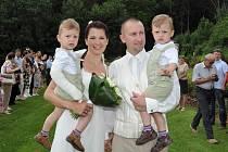 SVATEBNÍ DEN si novomanželé Prokešovi užili naplno i s dětmi. Na oslavě nechyběly ani trutnovské spoluhráčky.