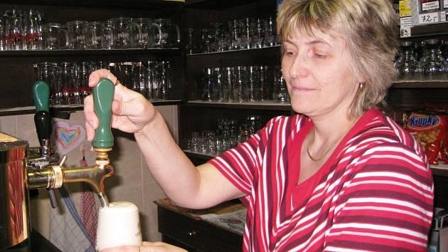 Stálí štamgasti si kvůli ceně piva odepřou nějaký ten kousek navíc a návštěvnost vesnických hospůdek klesá. To si myslí i Irena Müllerová, provozní restaurace v Suchovršicích.