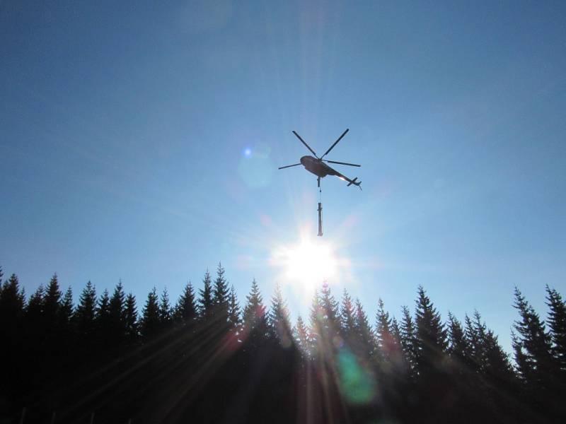 Dvoutunové podpěry nové lanovky na trase Horní Mísečky - Medvědín usazoval vrtulník. V provozu ji chtějí mít letos o Vánocích.