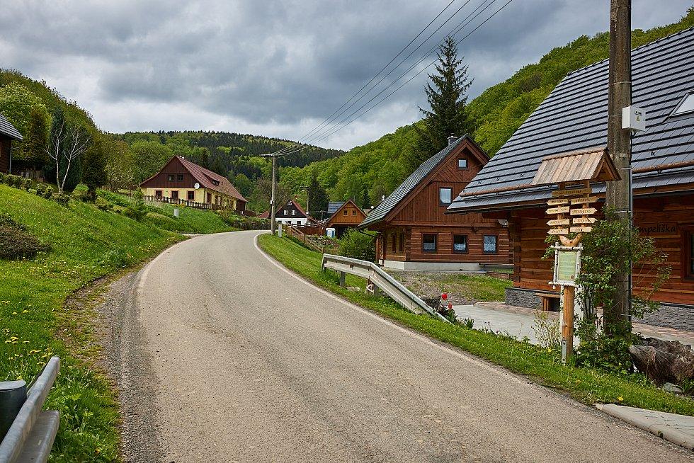 Prkenný Důl u Žacléře lemuje řada chalup. Příští rok tam město investuje 40 milionů korun do kanalizace.