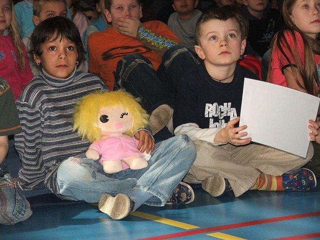 Děti sledují filmové ukázky z již realizovaných akcí