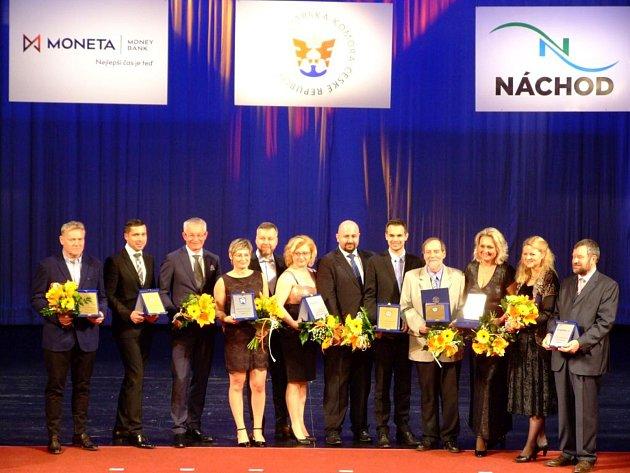 Strojírenská firma Kasper Kovo z Trutnova uspěla v soutěži Firma a živnostník Královéhradeckého kraje 2017. Zakladatel podniku Rudolf Kasper je na snímku třetí zleva.