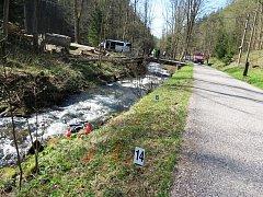 Cyklisté našli v potoce mrtvého muže