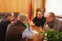 JEDNÁNÍ O PARTNERSTVÍ se starostou Dilidžanu se účastnili nejen čeští poslanci Ivan Adamec a Robin Böhnisch, ale také Jiří Aberle, vedoucího oddělení krizového řízení MěÚ Trutnov.