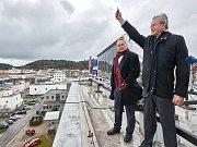 Hodiny dnes do provozu slavnostním výstřelem uvedli Josef Křepinský (jednatel firmy Atrium Upa Valley) a trutnovský starosta Ivan Adamec