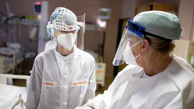 Covidové oddělení na jednotce intenzivní péče v Oblastní nemocnici v Trutnově. Ilustrační snímek