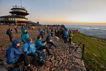 Loňský 44. ročník nočního výstupu z Dolní Kalné na Sněžku za východem Slunce absolvovalo 585 účastníků.