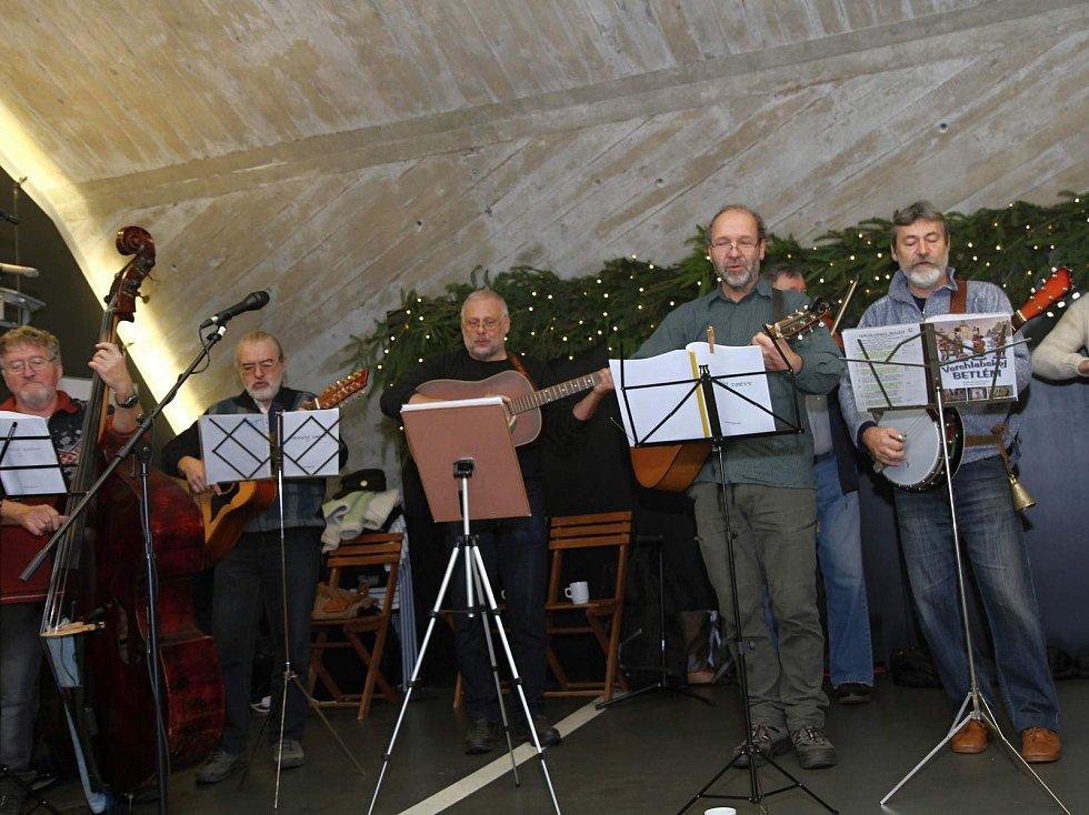 Kapela NaVáHuTě, která vystoupí na jarmarku v Prostředním Lánově, muzicírovala minulý týden i ve vrchlabském centru Krtek.