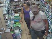Žena kradla pod pultem, natočily ji kamery.