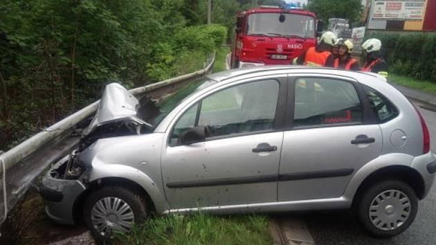 Osobní auto v Úpici skončilo čelem ve svodidlech.