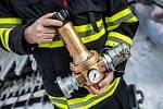 Hasiči si vyzkoušeli na cvičení v Krkonoších na sjezdovce na Černé hoře u Janských Lázních hasit vodou ze systémů umělého zasněžování sjezdovek. Umožní jim to speciální přetlakové ventily.