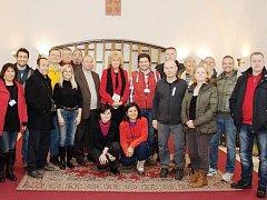 SETKÁNÍ S VEDENÍM MĚSTA. Zahraniční učitelé a studenti se sešli s vedením města v konšelské síni Staré radnice.
