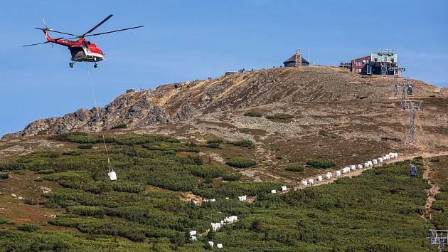 Loni v září vrtulník přepravoval materiál pro opravu chodníku z Růžové hory na Sněžku.
