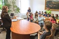 VĚDĚT JAK FUNGUJE RADNICE domovského města či obce je i pro žáky základních škol užitečné. Příležitost k tomu dostali například děti ze semilské ZŠ I. Olbrachta, na snímku diskutující s místostarostkou Lenou Mlejnkovou.