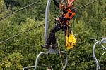 Hasiči z HZS Trutnov trénovali záchranu a evakuaci z lanovky v Mladých Bukách.