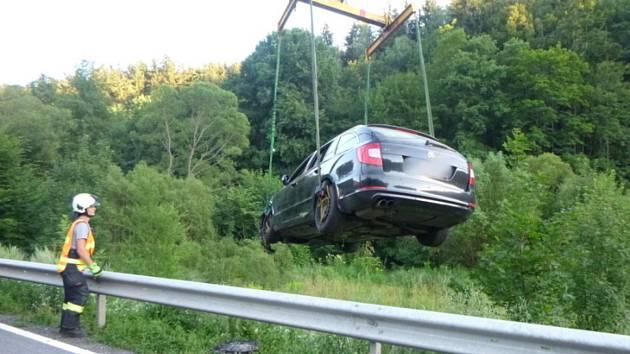 Při havárii čtyř aut se zranila jedna osoba.