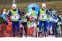 DVOJICE Z KRKONOŠ táhne pole závodníků, vlevo Antonín Hron, vpravo Lukáš Kulhánek.
