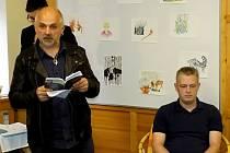 Olin Dlouhý čte ukázky z nové knížky Petra Havránka (sedící).