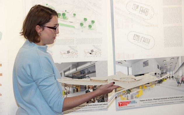 BUDOUCNOST DVORA KRÁLOVÉ? Jedna zarchitektonických variant nového dopravního terminálu pro železniční a vlakovou dopravu počítá smimoúrovňovou stavbou.