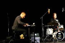 Amerického klávesistu Waltera Fischbachera doprovodili na kontrabas Čech Petr Dvorský a na bicí Němec Ulf Stricker.