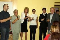 OSOBNOSTMI MĚSTA Dvůr Králové se letos stali: zleva Petr Kocmánek, Jana Růžičková, (starostka Edita Vaňková), Gabriela Vognarová, Vít Havlíček a Antonín Blaha.