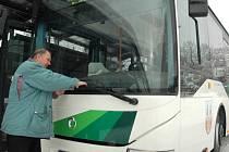 NÍZKOPODLAŽNÍ A EKOLOGICKÝ autobus zajistí lidem větší bezpečnost i komfort.
