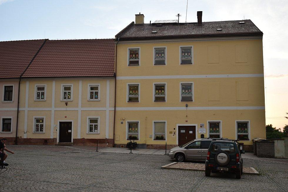 Přístavba základní školy na náměstí je prioritou Pilníkova.