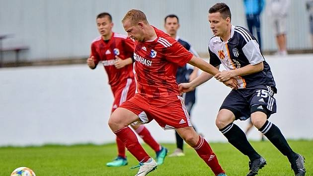 Zatímco hráči Police postupují do čtvrtfinále, Libčany (v červeném) v poháru končí.