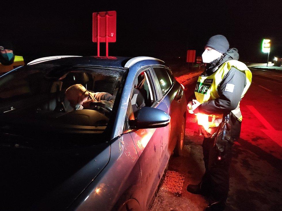 Úderem půlnoci začali policisté na Trutnovsku kontrolova vládní opatření.