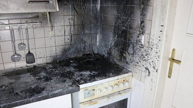 Ve Dvoře Králové nad Labem v bytě v Komenského ulici se vznítil při vaření na sporáku olej.