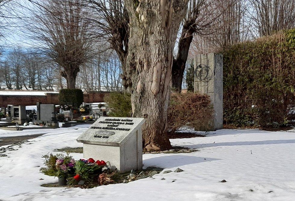 Hrob 34 obětí pochodu smrti vHajnici.