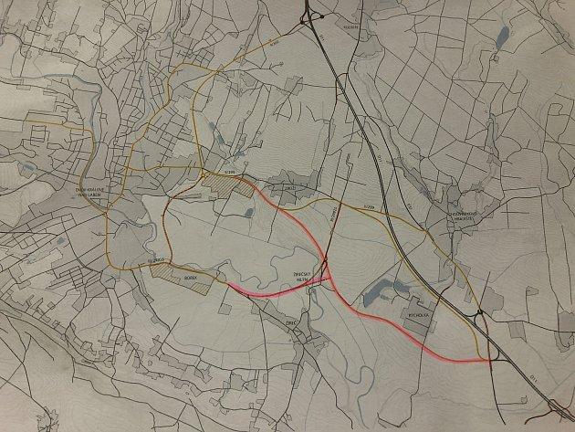 Mapka, znázorňující navrhovaný obchvat Choustníkova Hradiště (trasa obchvatu je vyznačena růžovou barvou).